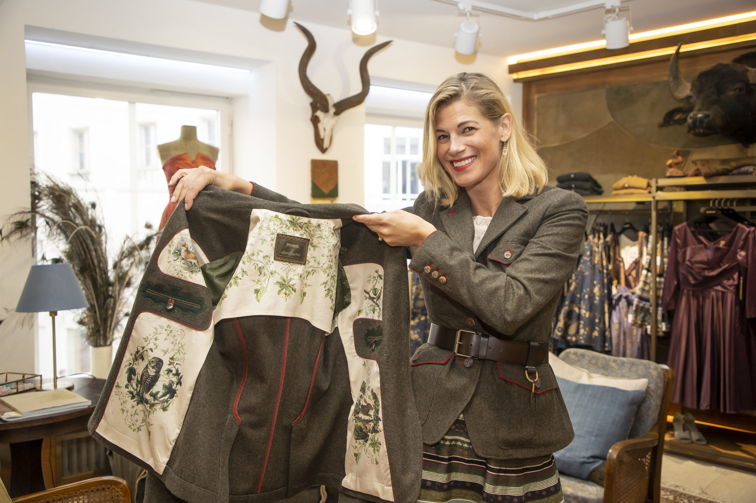 Daniele Meindl stellt neue Jägerinnen Jacke von Lena Hoschek vor